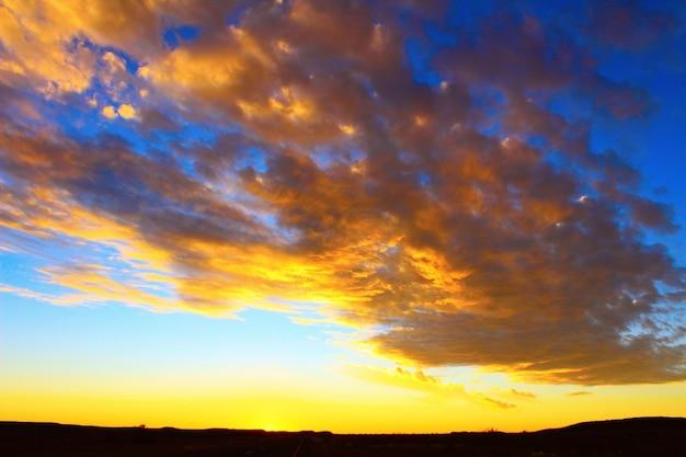Céu dramático ao pôr do sol e belas nuvens