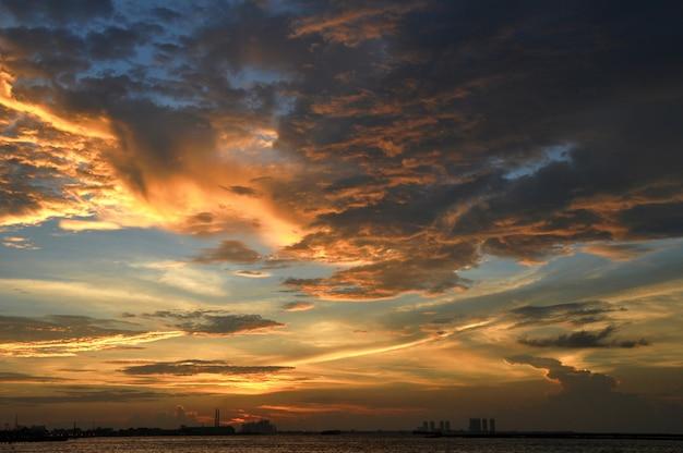 Céu dramático ao pôr do sol