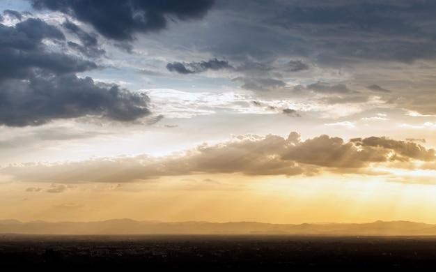 Céu dramático colorido com nuvem ao pôr do sol. lindo céu com fundo de nuvens