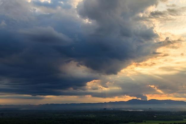 Céu dramático colorido com nuvem ao pôr do sol