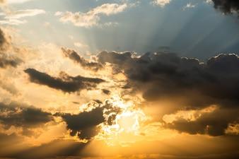 Céu dramático colorido com nuvem ao pôr do sol.