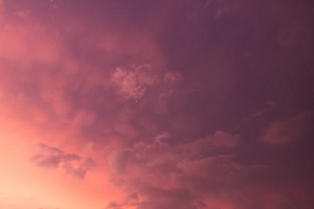 Céu dramático colorido com nuvem