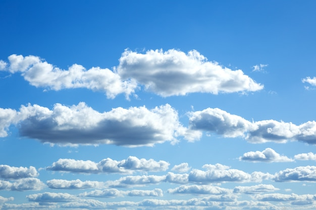 Céu dramático colorido com nuvens ao pôr do sol.