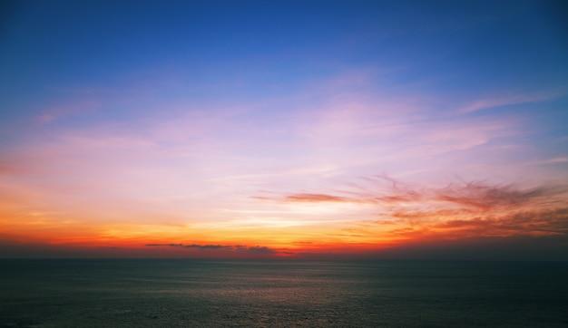 Céu dramático colorido e nuvens sobre o mar