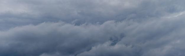 Céu dramático com nuvens cinzentas e espessas antes de uma tempestade