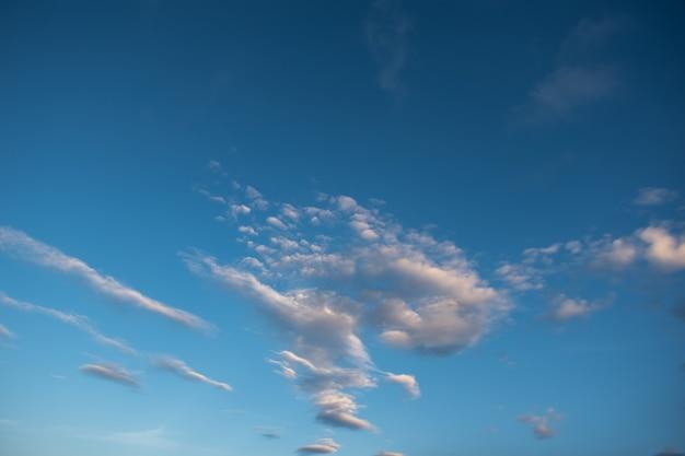 Céu dramático com nuvens de tempestade. céu azul com nuvens brancas fofas. fundo de céu natural perfeito, papel de parede, cartão comemorativo