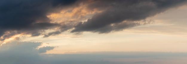 Céu dramático com nuvens escuras ao pôr do sol