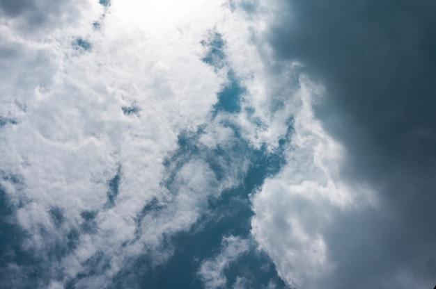 Céu dramático com nuvens nuvens de tempestade escuras antes da chuva.