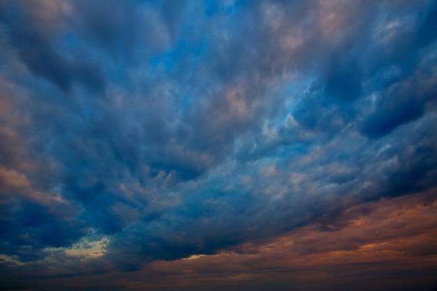 Céu dramático com nuvens tempestuosas no pôr do sol