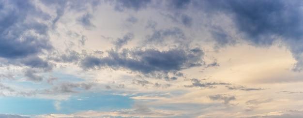 Céu dramático com pequenas nuvens escuras ao pôr do sol, panorama
