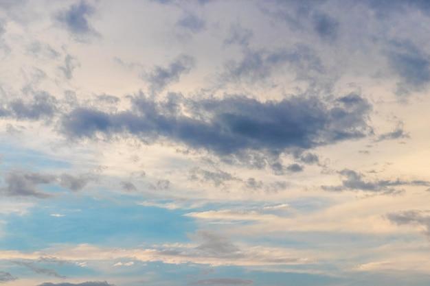 Céu dramático com pequenas nuvens escuras ao pôr do sol