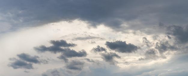 Céu dramático com pequenas nuvens escuras em um fundo claro