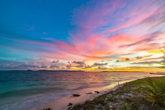 Céu dramático do nascer do sol no mar, praia deserta tropical, ninguém, nuvens tempestuosas, destino de viagem, indonésia ilhas banyak sumatra