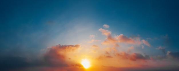 Céu dramático do sol com nuvens. fundo natural.