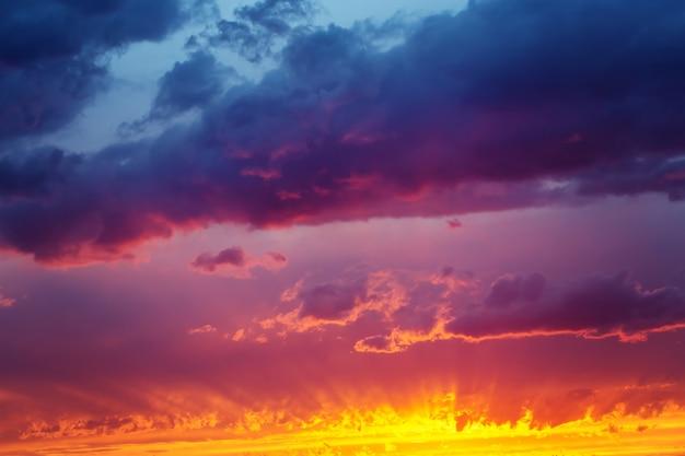 Céu dramático do sol fantástico