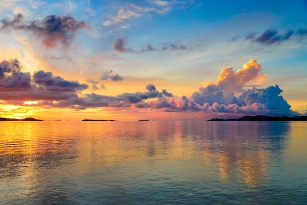 Céu dramático do sol no mar, praia deserta tropical