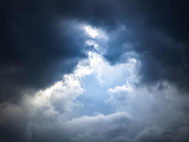 Céu dramático e nuvens espessas e feixe de luz.