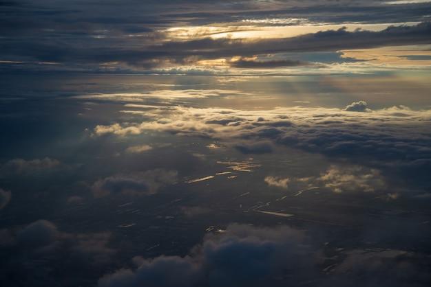 Céu dramático e nuvens