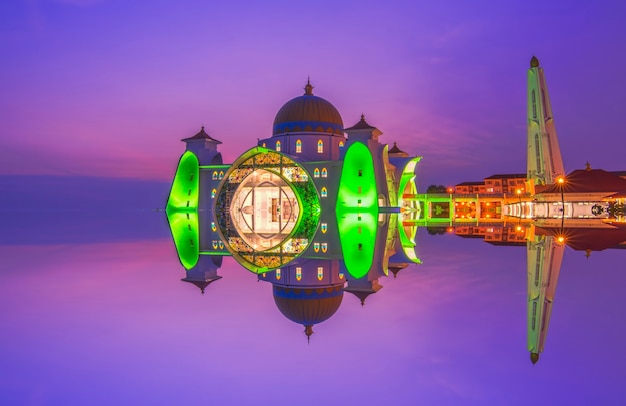 Céu dramático e reflexos na mesquita do estreito, malaca. composição da natureza. desfoque de movimento e foco suave devido à longa exposição. cores vibrantes