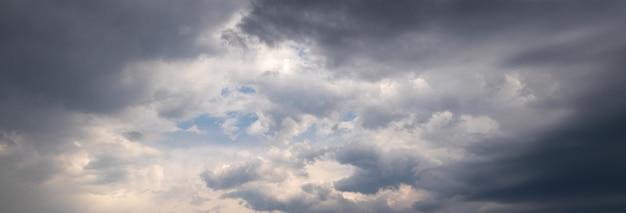 Céu dramático e tempestuoso com nuvens escuras, o céu antes da tempestade