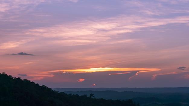 Céu dramático na noite tempo bela cor para o fundo da natureza