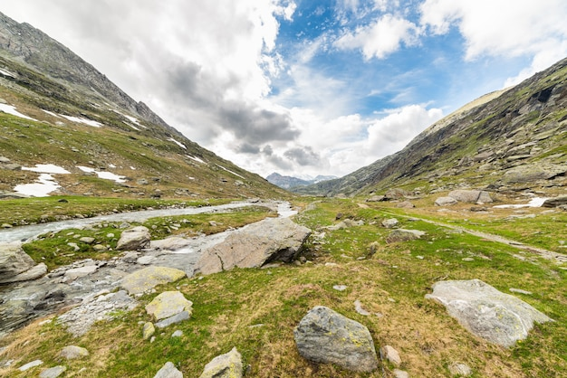 Céu dramático no vale alpino