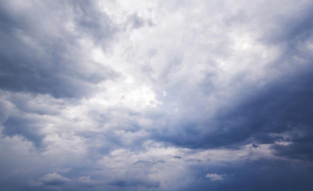Céu dramático nublado e tempestuoso em preto e branco.