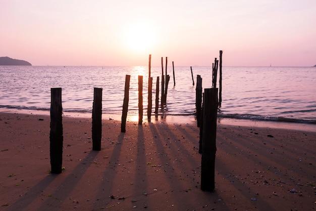 Céu dramático, seascape, com, antigas, madeira, polaco, e, sombra, em, a, mar, amanhecer