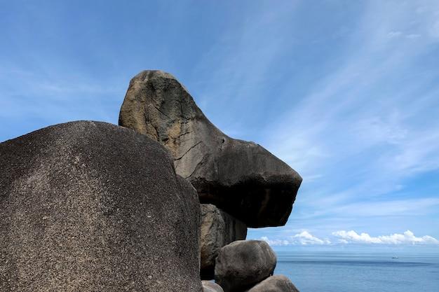 Céu e montanhas rochosas a beleza natural do similan. é lindo quando subir ao topo de uma montanha rochosa.