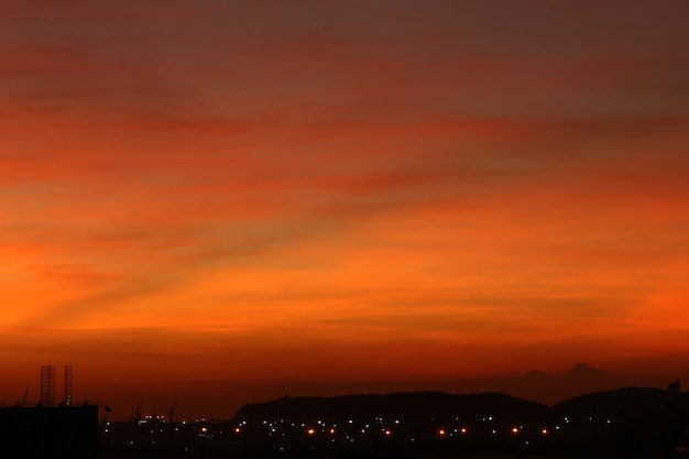 Céu e nuvens após o pôr do sol, vista do céu ao crepúsculo para paisagem natural