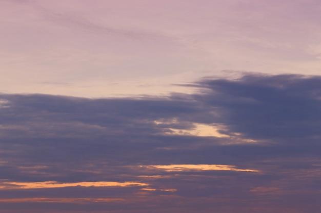 Céu e nuvens após o pôr do sol.