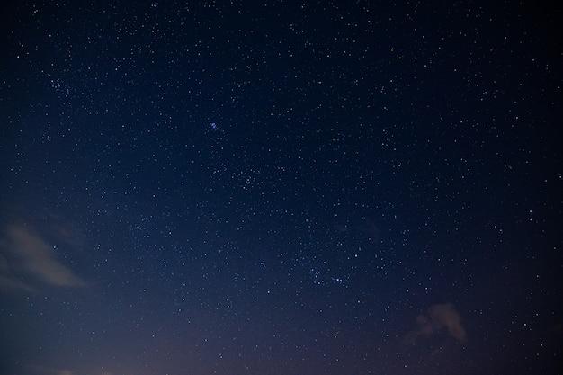 Céu e nuvens de estrelas durante a noite