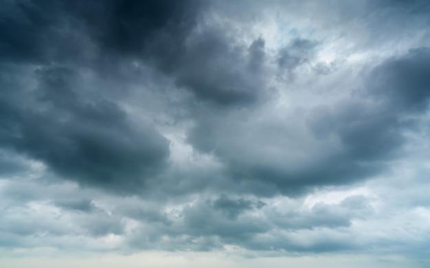 Céu e nuvens escuras