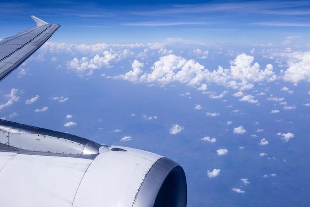 Céu e nuvens no ar, boa altura do topo do avião.