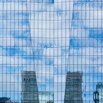 Céu, e, nuvens, refletido dentro, um, modernos, predios, vidro, fachada