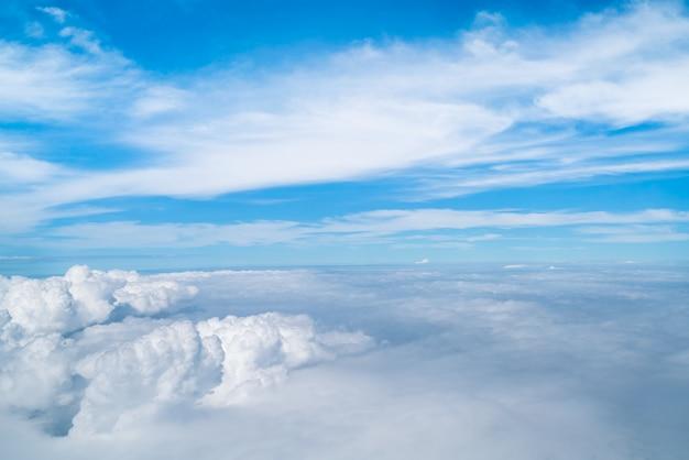 Céu e nuvens vistas do avião