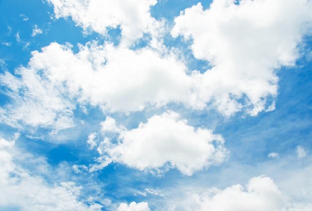 Céu e nuvens.
