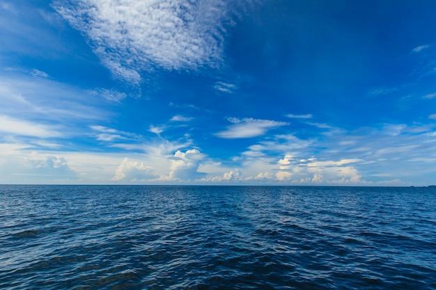 Céu e oceano azul