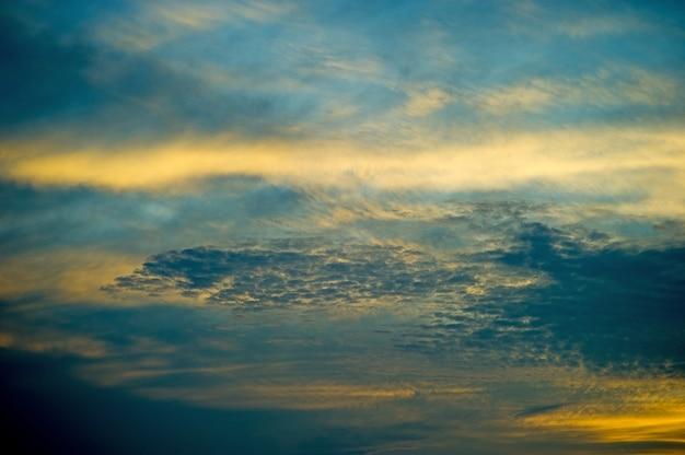 Céu e sol azul e laranja no céu no verão.