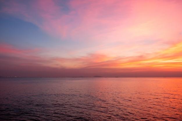 Céu em cores rosa, azuis e roxas