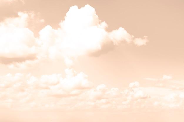 Céu em tons bege com nuvens brancas, desfoque.