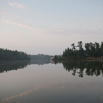 Céu enevoado, sobre, lago, de, a, madeiras, ontário