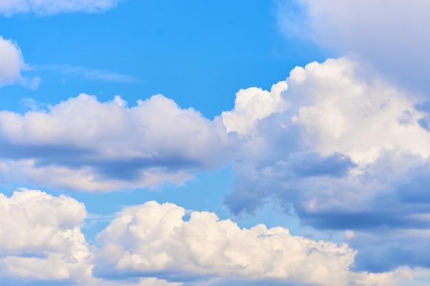 Céu ensolarado de verão com nuvens close-up.