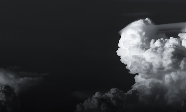 Céu escuro dramático e nuvens. pela morte e triste conceito. céu preto e nuvens macias brancas. céu triste e temperamental. beleza na natureza. resumo morto. belo padrão de nuvens.