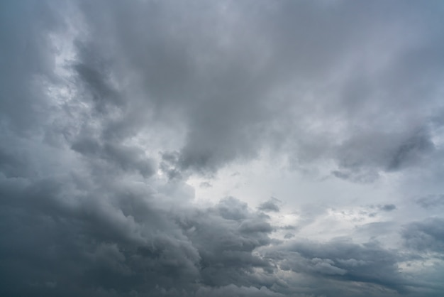 Céu escuro e nuvens dramáticas. plano de fundo para a morte e o conceito triste. cloudscape.