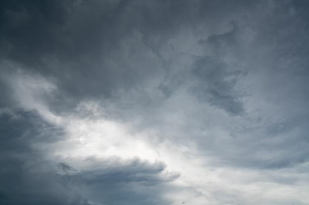 Céu escuro e nuvens dramáticas.