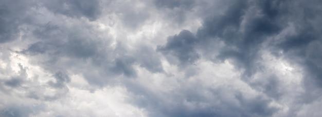Céu escuro e tempestuoso com nuvens estranhas antes da chuva, panorama