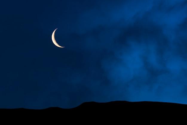 Céu estrelado à noite, espaço profundo sobre o vale