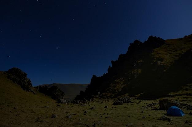 Céu estrelado à noite nas montanhas iluminadas pelo luar. cáucaso do norte, na rússia.