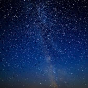 Céu estrelado à noite para segundo plano.